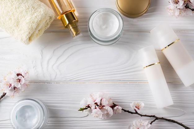 Produits cosmétiques pour le soin du visage, pose à plat
