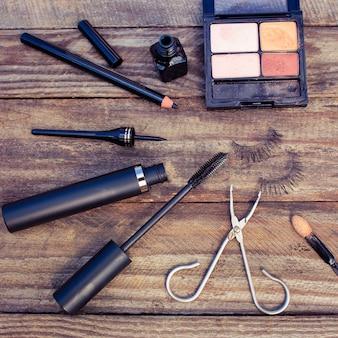 Produits cosmétiques pour les yeux: crayon, mascara, eye-liner, faux cils et fard à paupières.