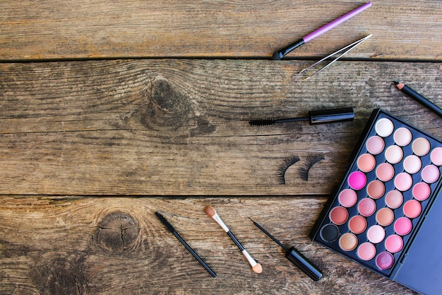 Produits cosmétiques pour les yeux sur une surface en bois