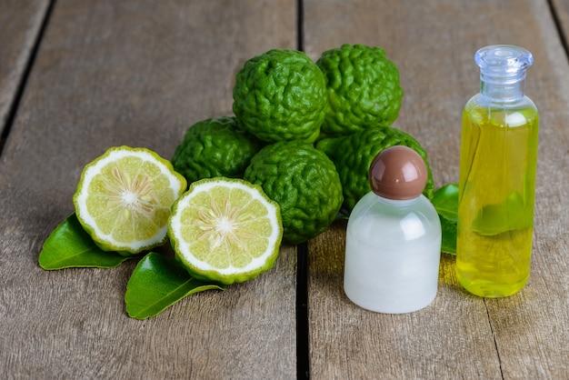 Produits cosmétiques shampooing à l'huile essentielle de bergamote et gel douche à base de fruits frais de bergamote