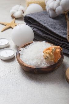 Produits cosmétiques spa beauté et outils sur fond de béton blanc. espace de copie vue de dessus