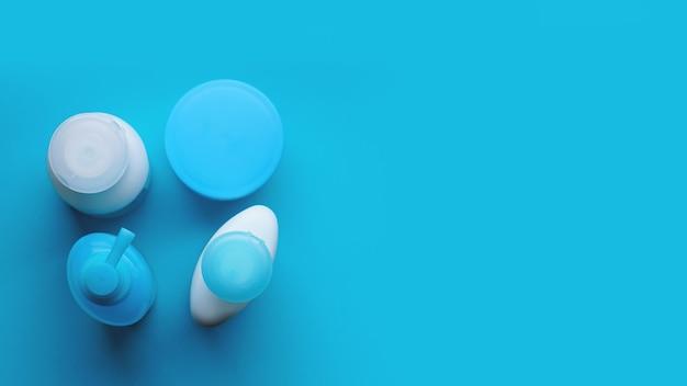 Produits cosmétiques spa isolés, tubes, image de marque, vue de dessus sur fond bleu