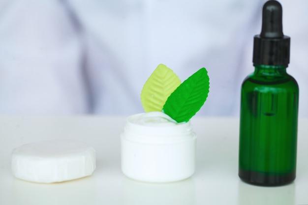 Produits cosmétiques sur une table blanche