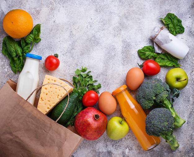 Produits écologiques frais de la ferme dans un sac en papier.