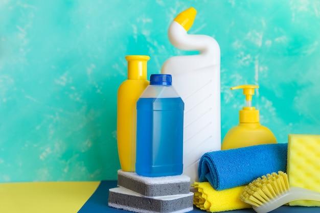 Produits d'entretien ménager. concept de nettoyage et de nettoyage de printemps.
