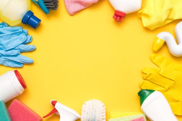 Produits d'entretien ménager sur jaune. assortiment de cadres de fournitures.