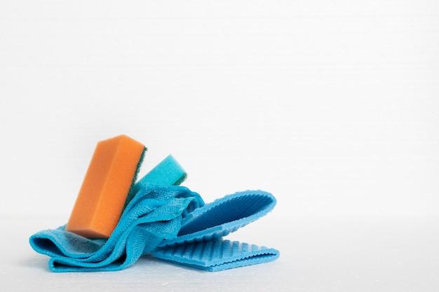 Produits d'entretien et de nettoyage de la maison. éponges, chiffons sur fond blanc