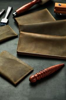 Produits faits à la main en cuir véritable jaune et rouge. couverture de passeport en cuir, portefeuille en cuir. maroquinerie pour hommes. la vue depuis le sommet.