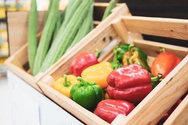 Produits frais de légumes variés et colorés à l'épicerie