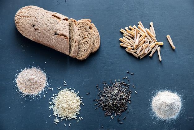 Produits à grains entiers sur le bois foncé