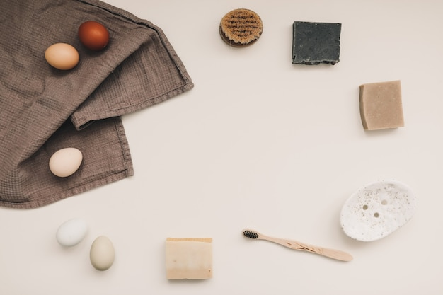 Produits d'hygiène naturels, savon pour la maison, serviette en lin, style de vie écologique, concept zéro déchet.