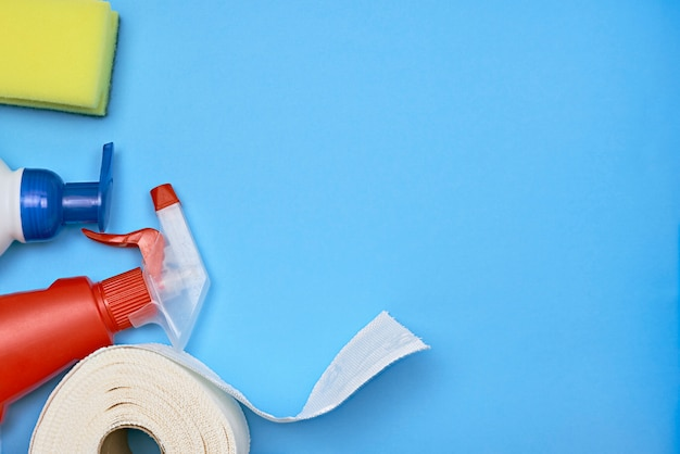 Produits d'hygiène personnelle sur fond bleu