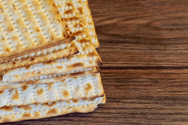 Produits juifs, nourriture, pesah pâque sur fond en bois.