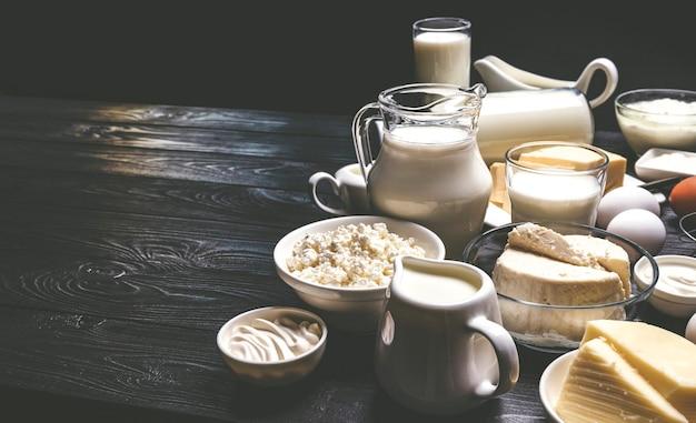 Produits laitiers sur bois noir, photo filtrée dans un style vintage