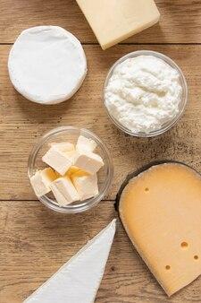 Produits laitiers sur fond de bois