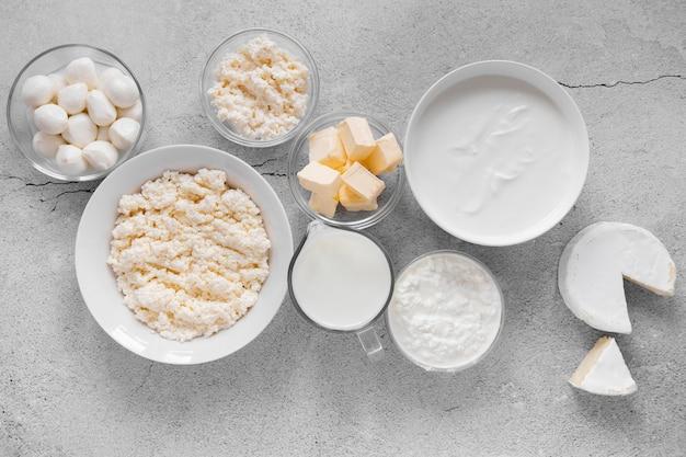 Produits laitiers sur fond plat en stuc