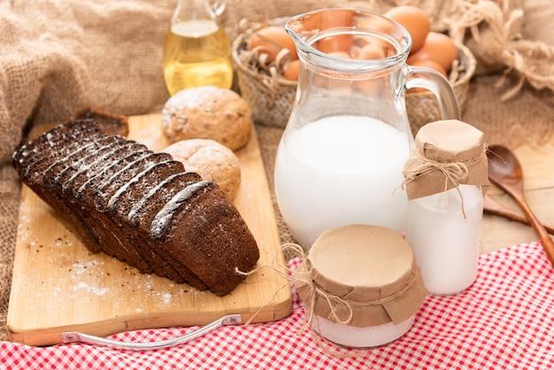 Produits laitiers frais faits maison et œufs de poule.
