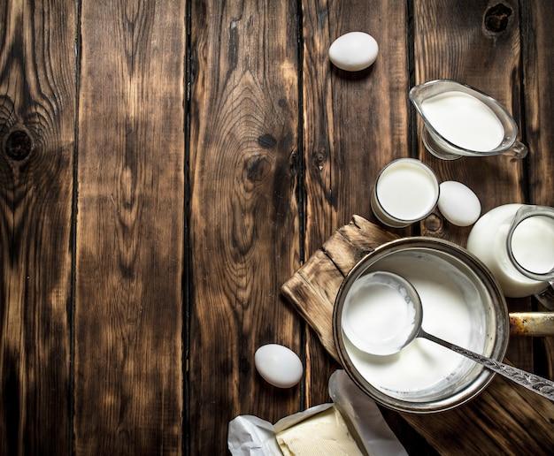 Produits laitiers frais sur la table en bois.