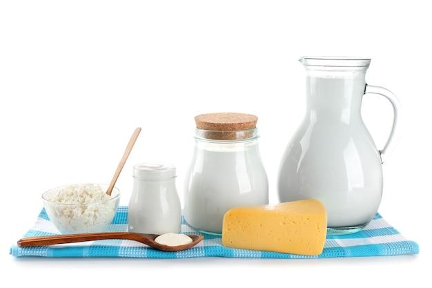 Produits laitiers isolés sur blanc