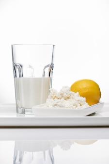 Produits laitiers, lait et fromage cottage au lait aigre, fromage sur fond blanc