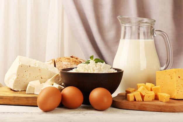 Produits laitiers savoureux avec du pain sur une table sur une surface en tissu