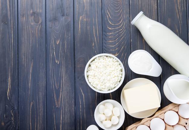Produits laitiers sur table en bois. lait, fromage, œuf, fromage en grains et beurre.