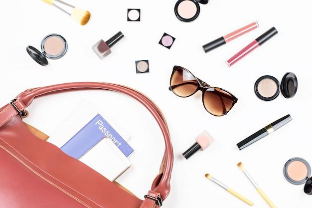 Produits de maquillage, accessoires élégants femme à plat sur blanc