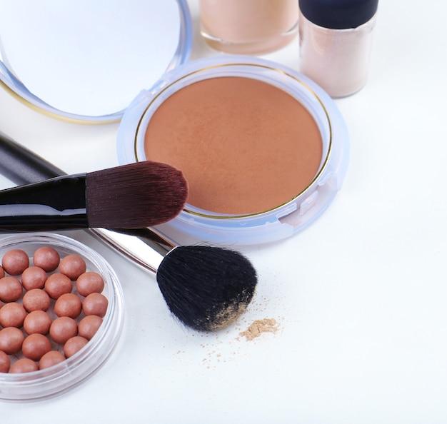 Produits de maquillage de base, sur blanc