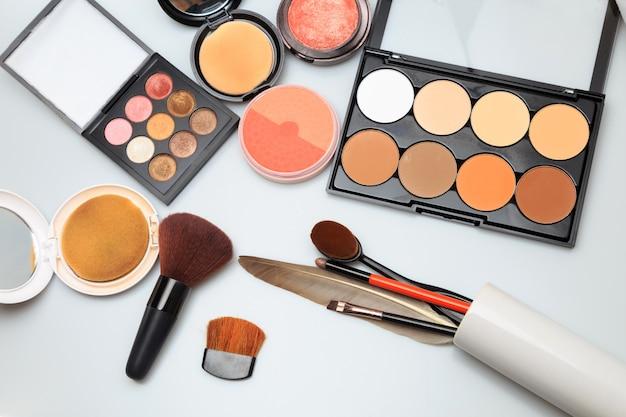 Produits de maquillage sur blanc