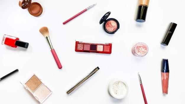 Produits de maquillage de concept de beauté sur le thème des ventes de fond blanc shopping de cosmétiques de vendredi noir