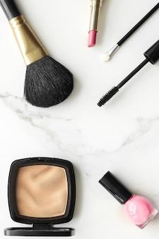 Produits de maquillage et cosmétiques sur fond plat en marbre blog de beauté mode de vie féminin moderne et ...