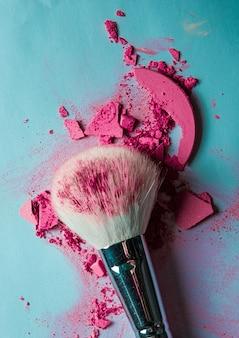 Produits de maquillage écrasés concept de beauté et cosmétiques