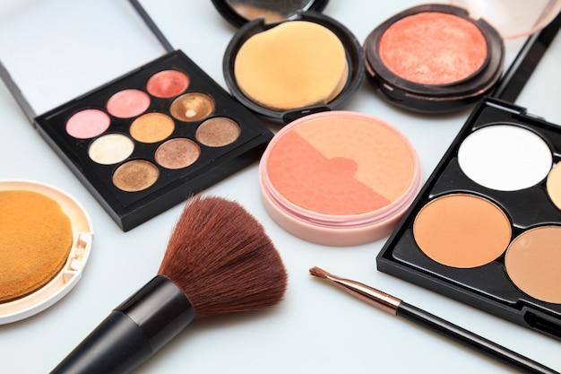 Produits de maquillage fond blanc