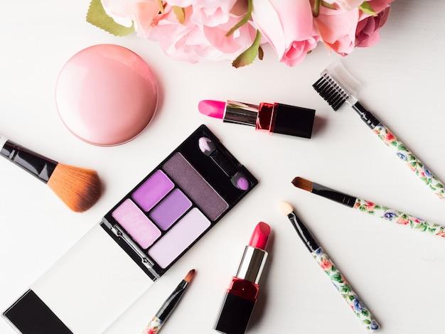 Produits de maquillage et des outils avec des roses roses