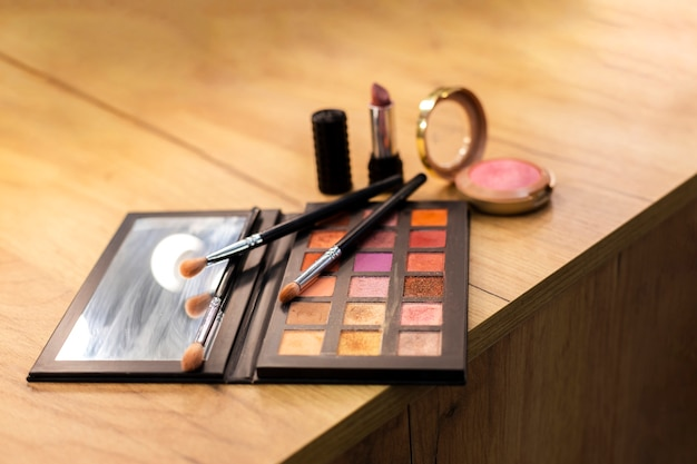Produits de maquillage avec des pinceaux