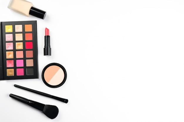 Produits de maquillage professionnel isolés