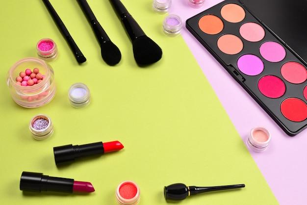 Produits de maquillage professionnels avec produits de beauté cosmétiques, fards à joues, eye-liner, cils, pinceaux et outils.