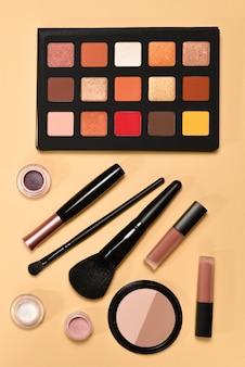 Produits de maquillage professionnels avec des produits de beauté cosmétiques