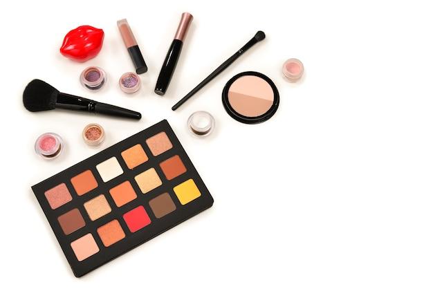 Produits de maquillage professionnels sur table