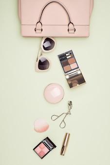 Produits de maquillage avec sac cosmétique sur fond de couleur