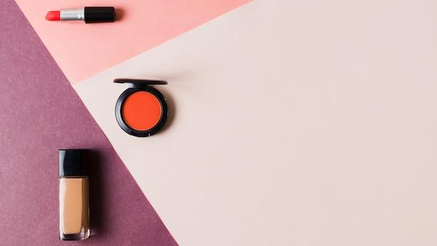 Produits de maquillage sur surface colorée