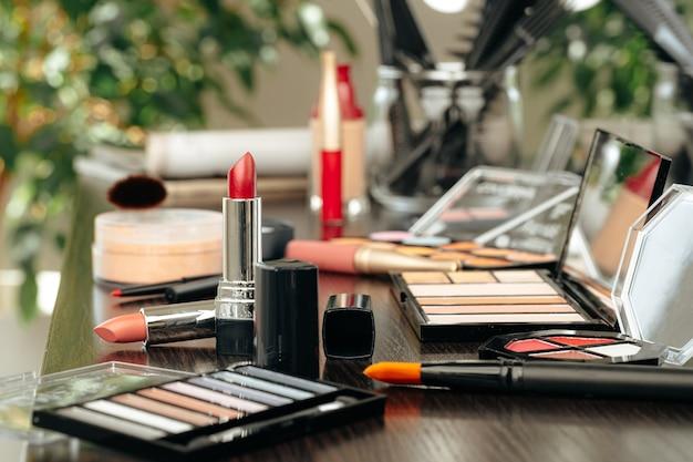 Produits de maquillage sur la table de toilette en gros plan