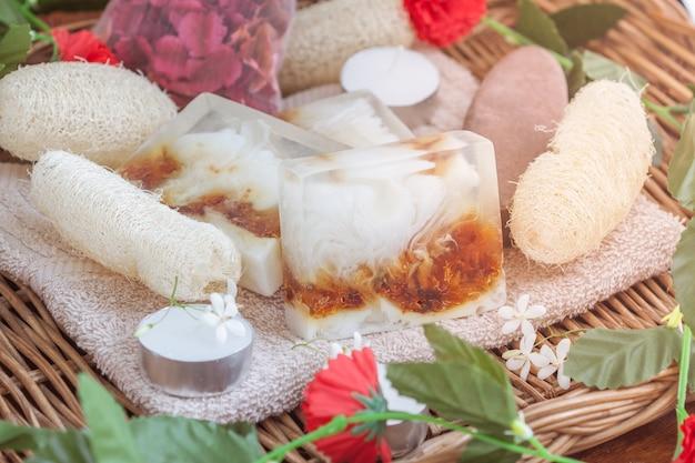 Produits naturels de traitement de beauté spa sur la tour dans le panier en osier