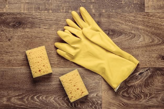 Produits de nettoyage au sol. gants, éponges. vue de dessus. mise à plat