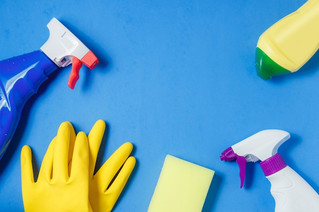 Produits de nettoyage sur bleu