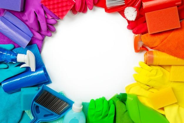 Produits de nettoyage colorés et outils isolés sur blanc. lay plat.