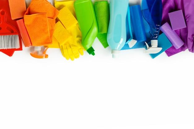 Produits de nettoyage colorés et outils isolés sur blanc.