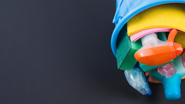 Produits de nettoyage dans le panier sur fond noir
