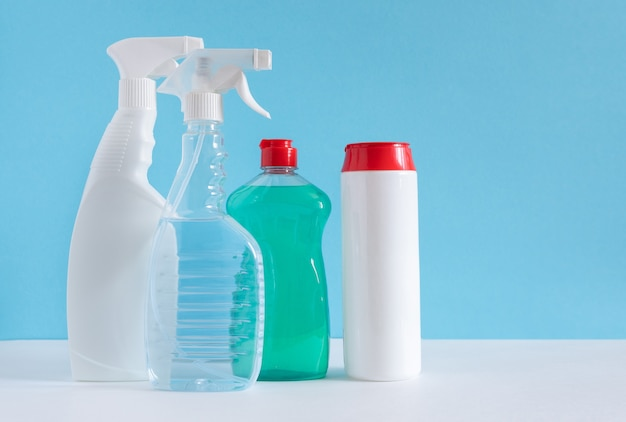 Produits de nettoyage de diverses surfaces dans la cuisine, la salle de bain et d'autres domaines