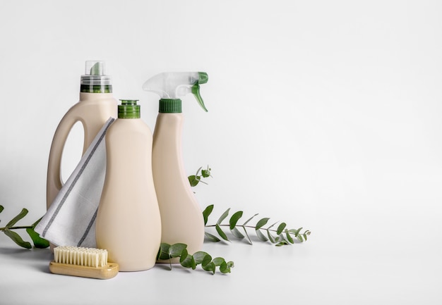 Produits de nettoyage eco isolés sur fond blanc